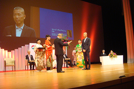 Cai Guo-Qiang being handed the 20th Fukuoka Prize. Photo by Hong Hong Wu, courtesy Cai Studio
