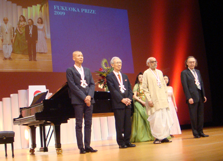 Cai Guo-Qiang on stage with ___, ___, and ____ at the 20th Fukuoka Prize Ceremony. Photo by Hong Hong Wu, Courtesy Cai Studio