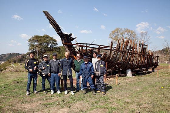 Cai Guo-Qiang and Iwaki Team standing in front of Kaikou—The Keel (Returning Light—The Dragon Bone), Iwaki, Japan, 2014. Photo by Wen-You Cai, courtesy Cai Studio.
